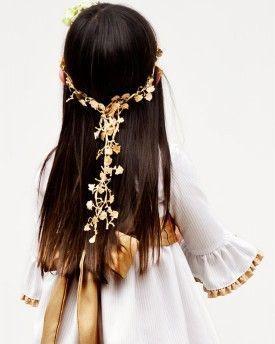 Corona dorada de flores colgantes