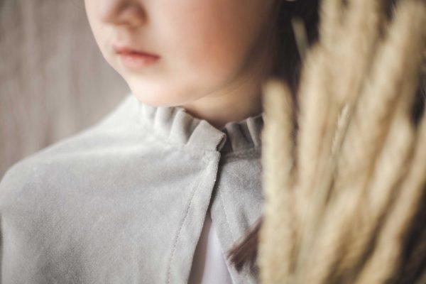 Capa de comunión de terciopelo, detalle del cuello de volante