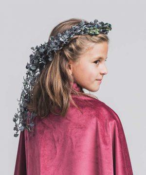 Corona de flores pequeñas grises