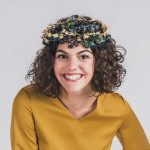 Llevar corona de flores como complemento
