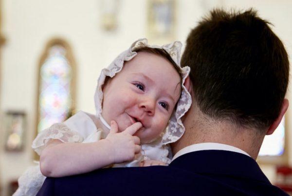 aprende cómo vestir a tu bebé para su bautizo