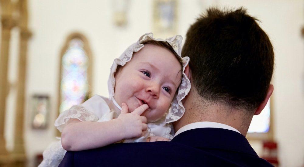 3 looks reales para aprender cómo vestir a tu bebé para su bautizo