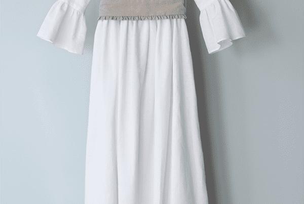 vestido de lino blanco y batista con volantes