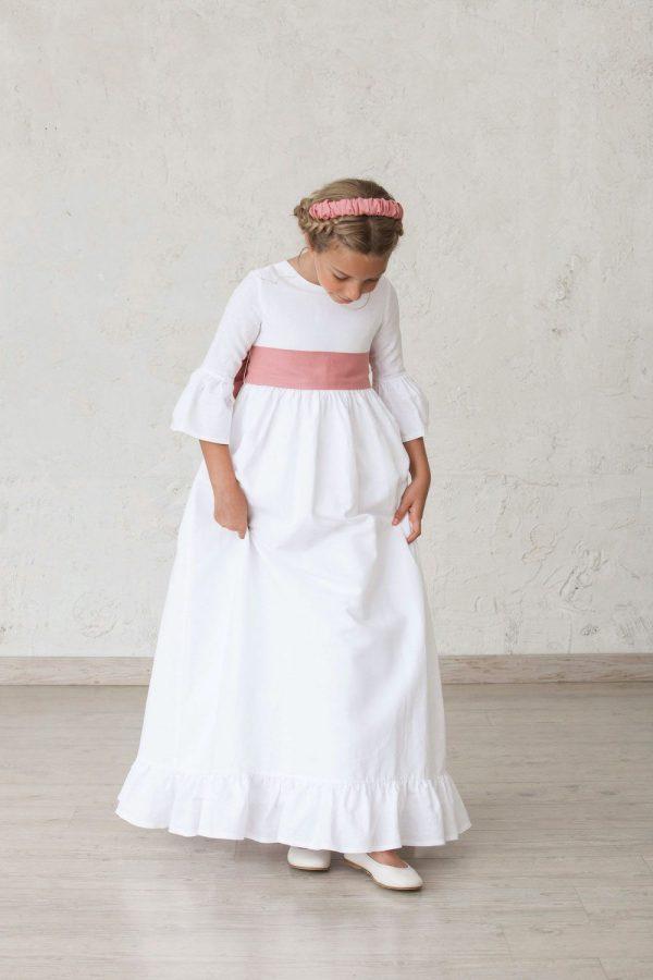 vestido blanco de comunión de niña con volantes en las mangas y el bajo de la falda