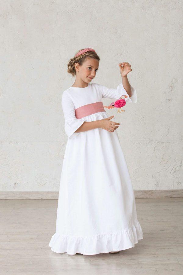 vestido de comunión de niña con volantes en las mangas y el bajo de la falda