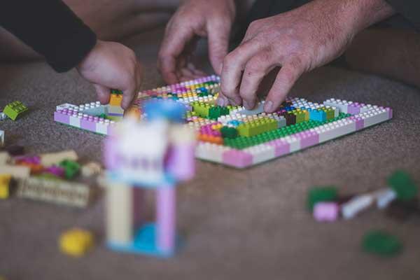 Jugar a juegos de mesa en familia es una buena forma de gestionar la ansiedad de los niños.