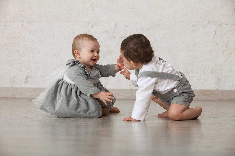 Cómo vestir a los hermanos a juego para una ceremonia