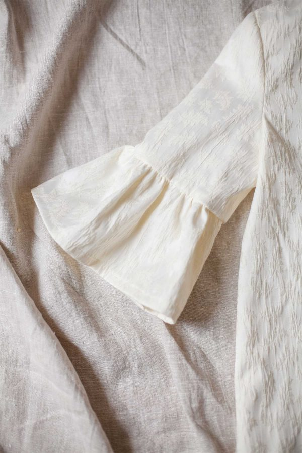 Abrigo de comunion o ceremonia en tejido brocado con manga con volante
