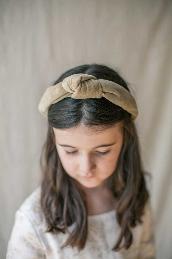 diadema de nudo de terciopelo marrón para ceremonia de niñas