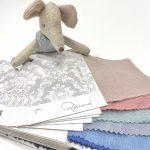 Envío de muestras de tejido para que elijas el color de la ropa de ceremonia de niños de tu boda