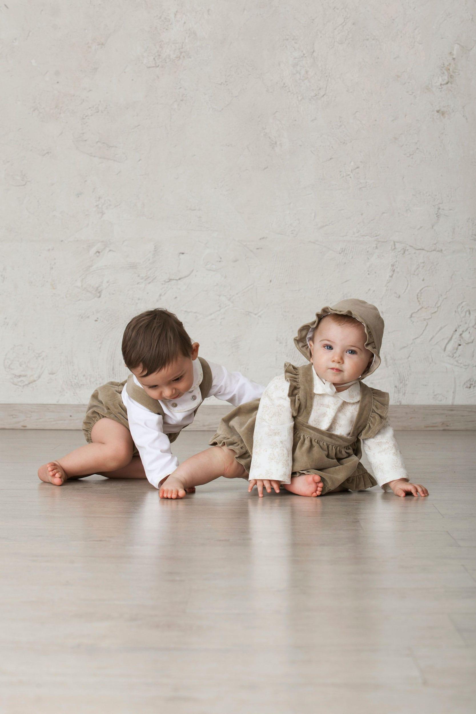 niños bebés conjuntados de terciopelo marrón