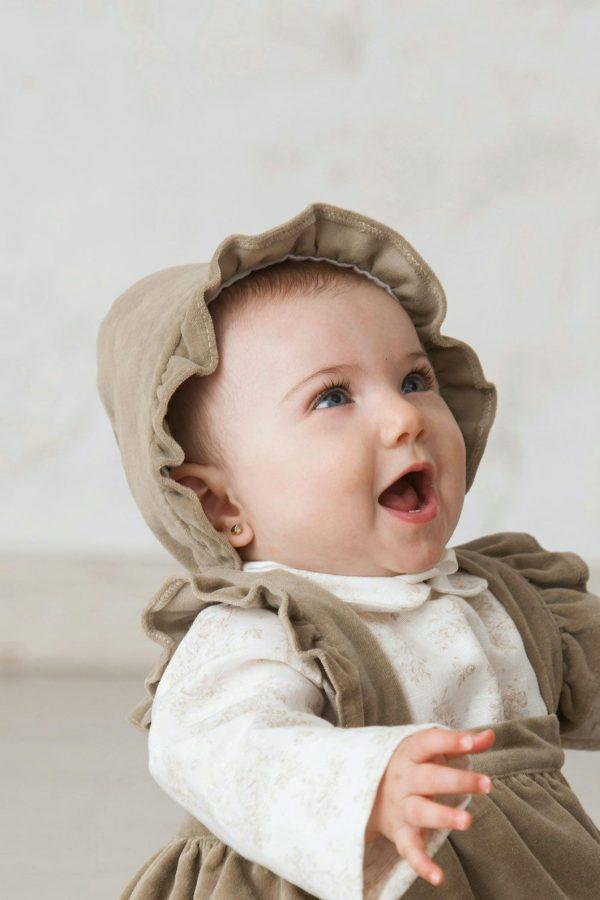 capota de bebé hecha a mano en terciopelo marrón